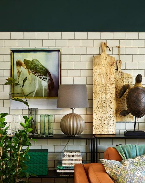 Bordslampa mullvadsfärgad lampfot Core, 1 158 kr, skärm Leonore, 429 kr, Globen lighting. Dekorativa skärbrädor, 790 kr och 485 kr, Au Maison.