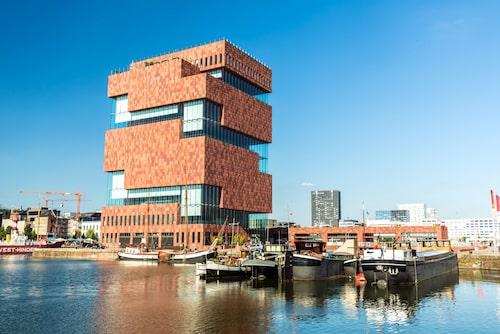 MAS, Museum an de Stroom, i hamndistriktet Eilandje rymmer 't Zilte, Antwerpens högst belägna restaurang.