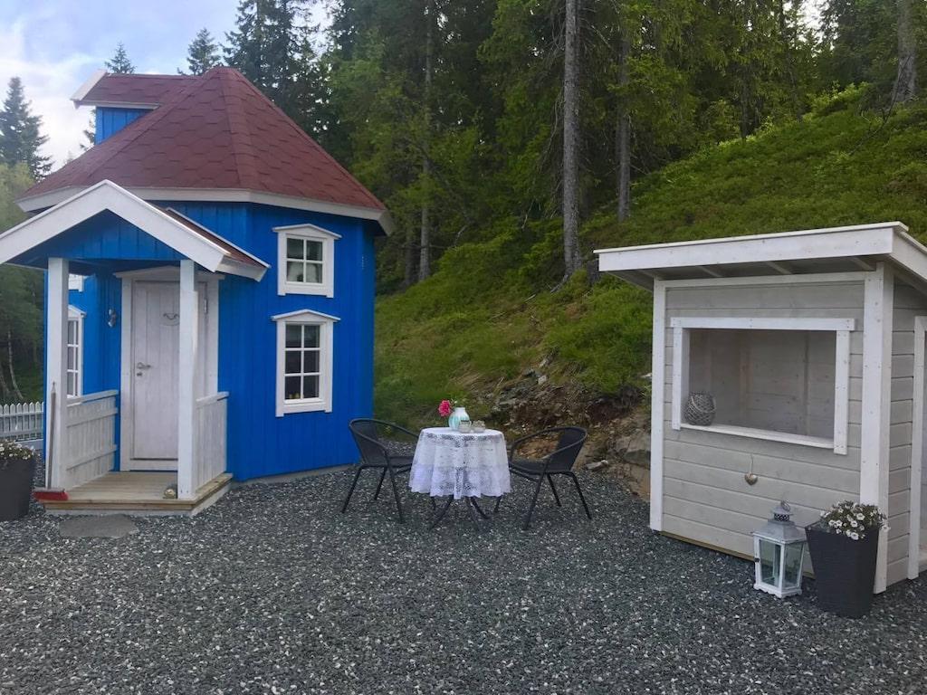 Mumin-huset har egen gård och en liten kiosk också.