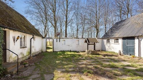 Gården är eftersatt men för den som inte räds stora renoveringar kan nog det här bli ett riktigt drömställe.