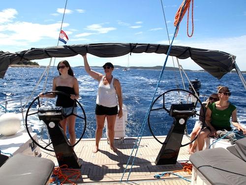Man bestämmer själv hur mycket man vill hjälpa till med segling. Här står Tea Carlsson vid rodret.