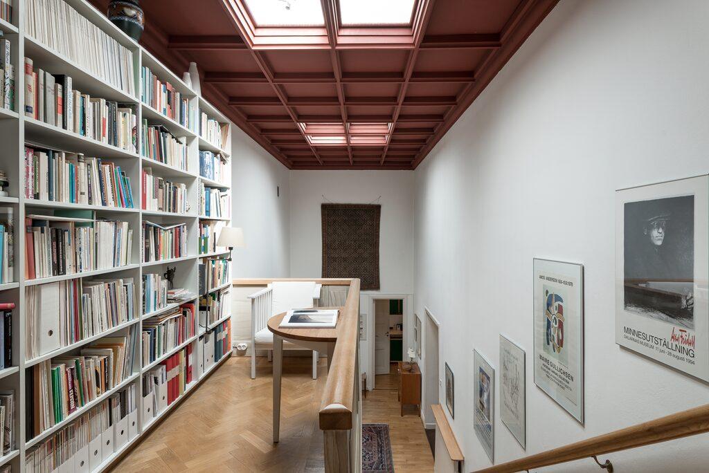 Vacker trappa leder upp till ett mellanetage med bibliotek på avsats. Vidare upp ett par trappsteg nås övre etaget med utgång till den rymliga terrassen om cirka 30 kvadrat.