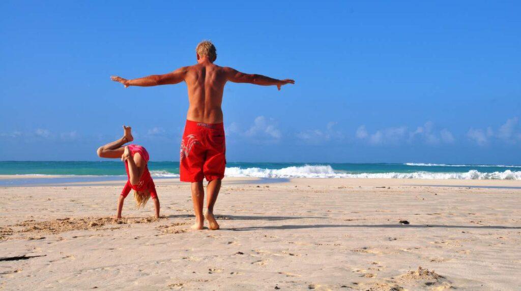 Familjen Hammarberg badar på Flamenco Beach på ön Culebra i Puerto Rico.