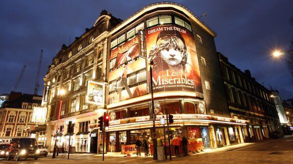 Teater- och musikalföreställningarna i teaterdistriktet West End är populära.