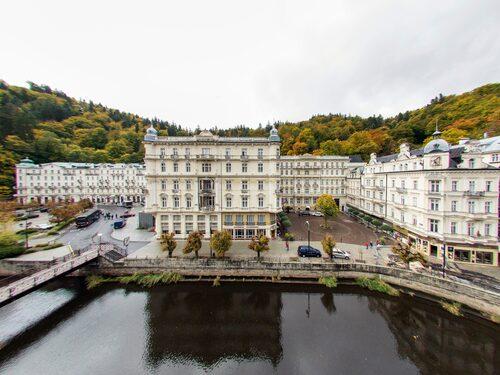 Grandhotel Pupp är stadens lyxigaste hotell.