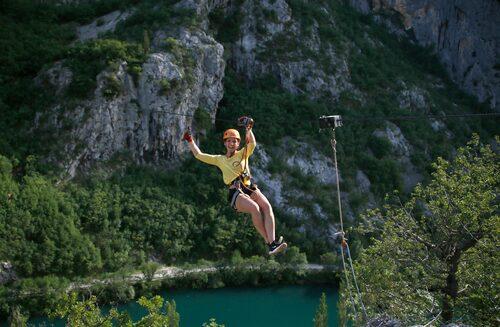 Kristi Bergset provar zipline vid Omis.