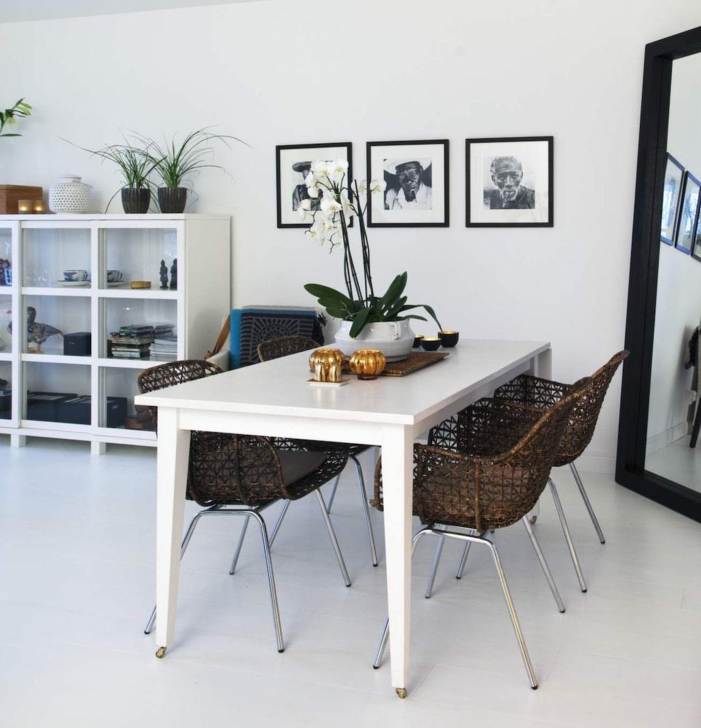 Lotta tycker bäst om middagshäng i köket, men har även ett bord i vardagsrummet. Bord från Ett vackert kök, stolar från Dis inredning. Skåp från Posh living.