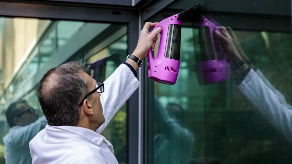 Batteridrivna fönsterskrapor suger upp smutsvattnet i takt med att rutan skrapas ren. På det viset är det tänkt att man ska få fönster fria från ränder och slippa smutsvatten på fönsterbräda och golv.