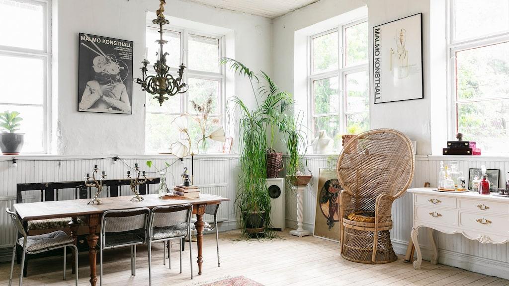 Den stora före detta skolsalen är praktiskt för stora middagar. När det inte är fest står bord, soffa och stolar längs ena kortsidan. Kökssoffan har varit Stellas gammelmormors. Bordet hittade Stellas föräldrar när de vindsröjde hos Stellas gammelfarmor någon gång på sjuttiotalet. Metallstolarna är en 1990-talsmodell från Ikea.