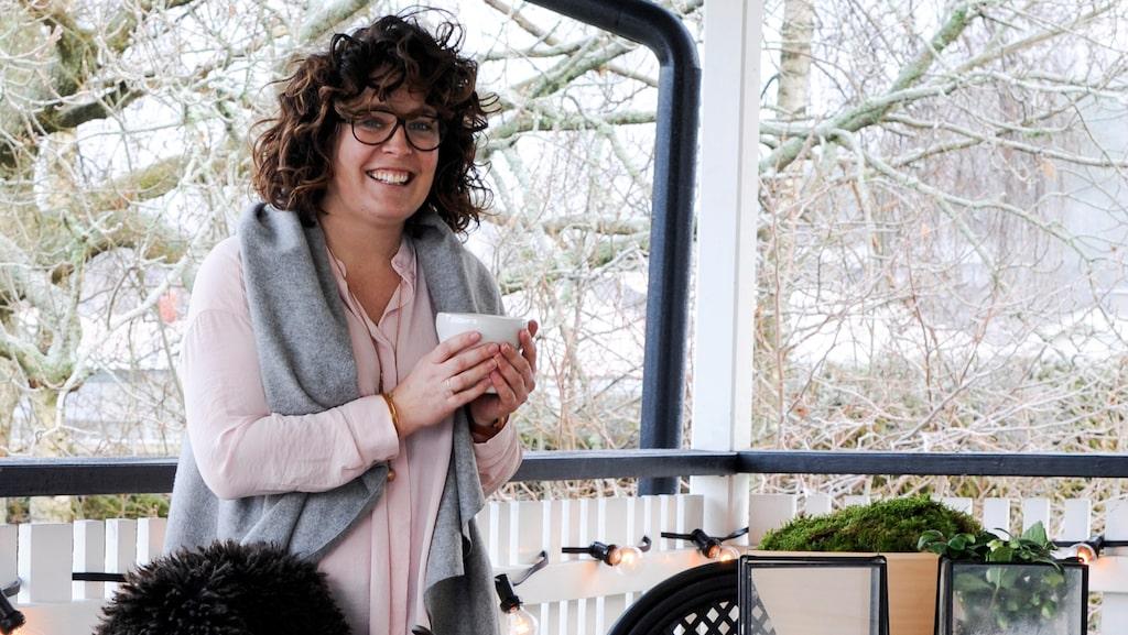Victoria serverar värmande te på altanen mot trädgården i muggar från keramikern Therese Hagström Olsson.