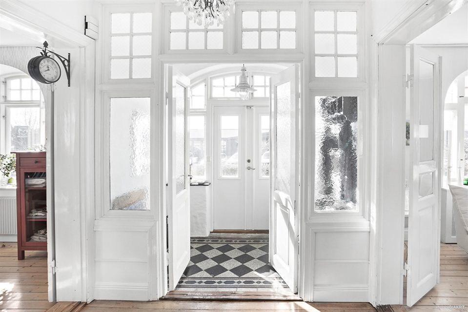 Välkomnande ljus och härlig hall, med stora välvda fönster och original-klinker bevarad. Där innanför når vi en ståtlig hall med trappa upp till övre plan.