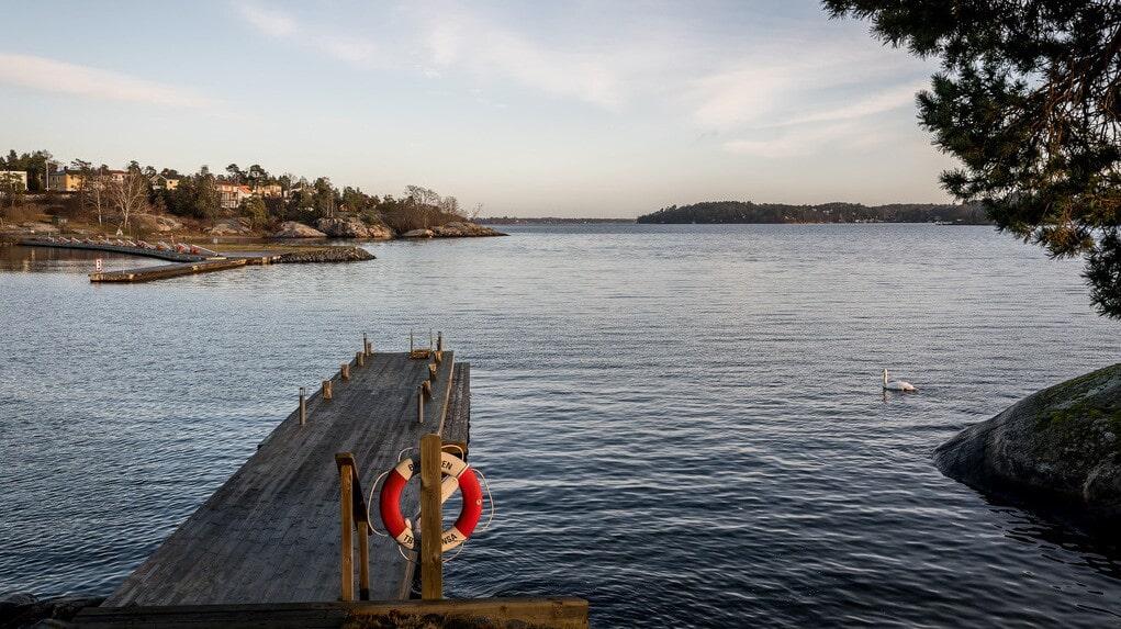 Vid ångbåtsbryggan nedanför lägger Waxholmsbåtarna till. Perfekt för pendling till jobbet i city eller vidare färd ut i skärgården.