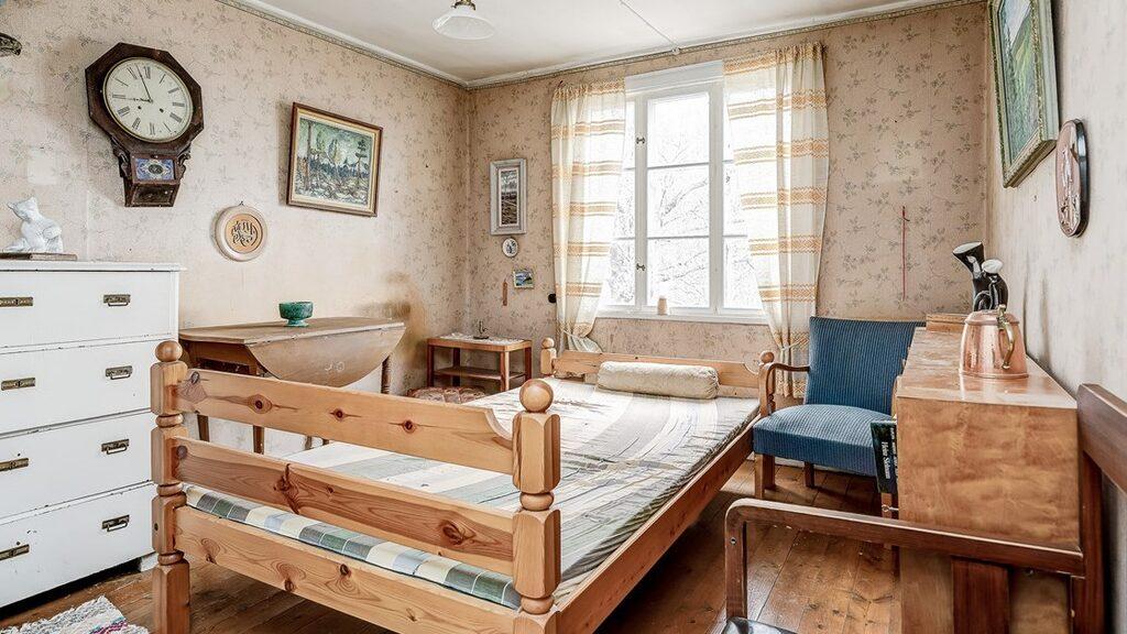 Ett av två sovrum på övervåningen, denna har också kakelugn.
