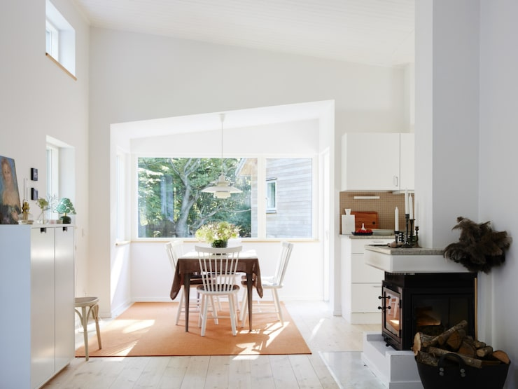 Strategiskt placerade fönster tar in naturen på ett magiskt och vackert sätt.