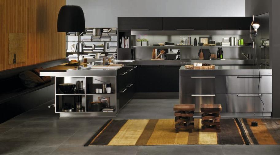 """<strong>Artusi, Arclinea</strong><br><span style=""""text-decoration: underline;"""">Robust kök</span><br>Det här är ett mer robust kök med ordentliga handtag på luckorna. Man kan få luckor i fanér, rostfritt stål, lack eller laminat. Köket på bilden är i rostfritt stål kombinerat med träfanér i mörkbrun ek. Med denna modell kan man även integrera sittbänkar. Artusi finns också i en variant för utekök.<br>Pris: från 200 000 kronor exklusive vitvaror."""