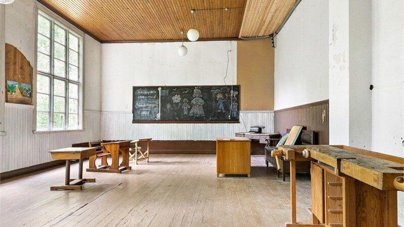 Huset har tre skolsalar och här finns till och med skolbänkarna, slöjdbordet och svarta tavlan kvar.