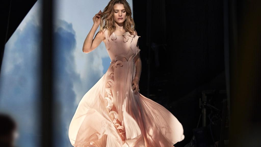 En detlrik plisserad klänning som visar att vackert mode och hållbarhet funkar alldeles utmärkt.