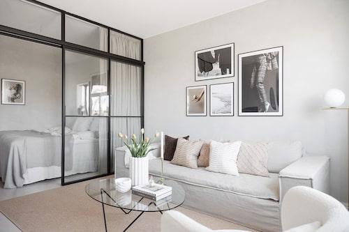 Det var en etta som de gjorde om till en 1,5-rummare. Med hjälp av en snygg glasvägg skapade paret en privat sovdel.