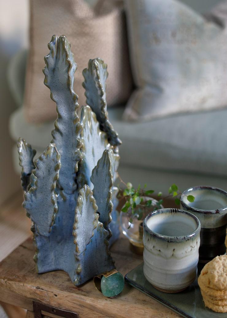 Dekoration High Chaparall Kaktus, 499 kr, Jotex. Ring Lap, design Bedazzled, 1600 kr, Crooked Concept.