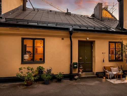 Mitt på Södermalm, i Mariagränd, ligger det gamla stallet som gjorts om till bostad.