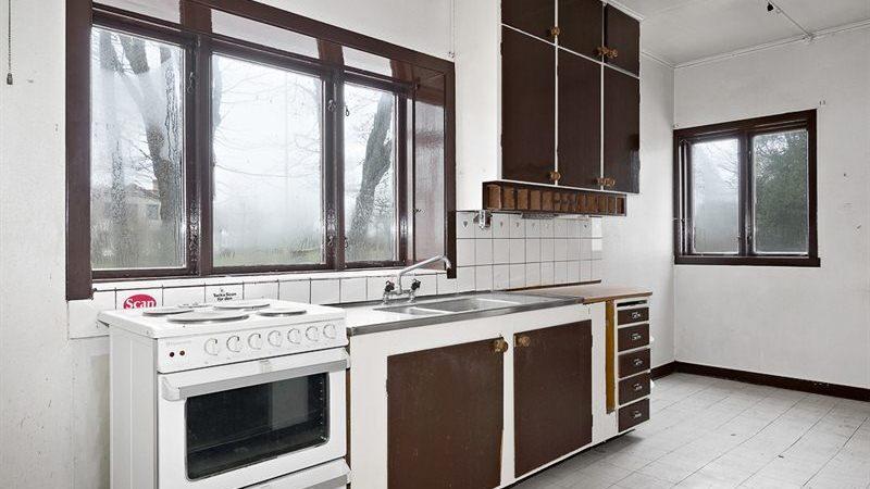 Villan byggdes år 1909 och priset är 795 000 kronor. Här är köket.