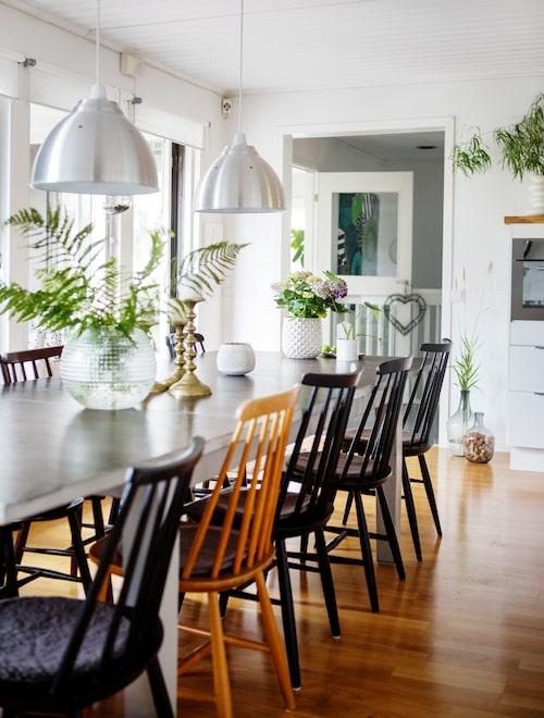 Matrummet är vitmålat. Runt det stora matbordet ryms många gäster. Lamporna är från Rusta och stolarna är köpta på auktion och loppis.
