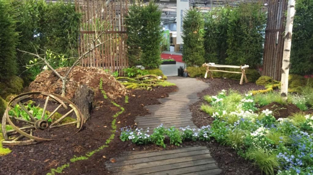 """Idéträdgården hos Astrid Lindgrens Näs hette lämpligt nog """"Döden, döden, döden"""", efter ett känt citat av den folkkära författaren. Bland spirande vårblommor fick man på en slingrande skogstig skutta över bark och jord som skulle påminna om att förmultning är en förutsättning för liv."""