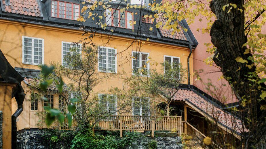 Lägenheten ligger gömd på en lummig bakgård mitt på Södermalm i Stockholm.