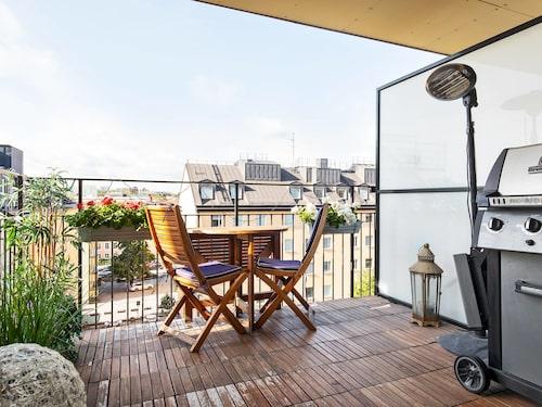 Balkongen i lägenheten borde nästan ses som en terrass, tycker både mäklaren och Mårten Andersson. Den är nio kvadratmeter och har sol från morgon till kväll.