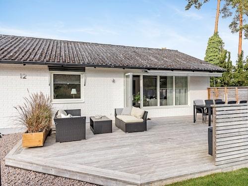 Den som vill ha en modern och fin familjevilla kan köpa det här huset som har ett utgångspris på 2 150 000 kronor.