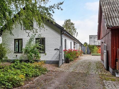 Gården består av fyra längor och bostadsdelen går att dela av så att det blir en del att hyra ut.