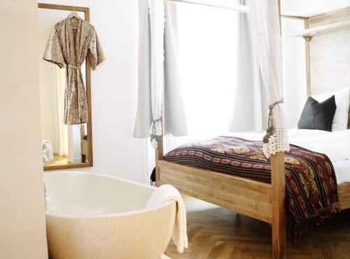 Rummen är inredda i asieninspirerad stil och genomsyras av ekotänk.