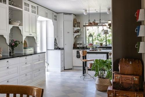 Ett gammalt planterings bord som tidigare stått utomhus har målats svart, och fått en ny bänkskiva av Carraramarmor från Ahlgrens marmor och fungerar nu som en vacker köksö. Snurrstolen som tidigare har stått i en skolmiljö är ett loppisfynd.