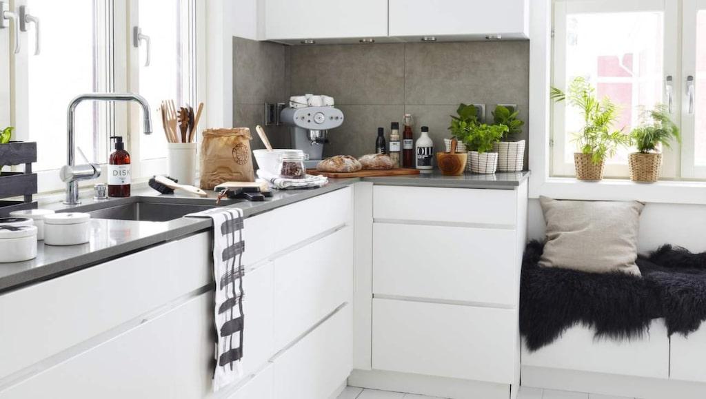 <p>Stilrent kök i vitt. Köksinredning från Kvik. Matta, Brita Sweden. Pappåse,&nbsp; Love warriors. Svart fårskinn och rutiga handdukar från Åhléns.</p>