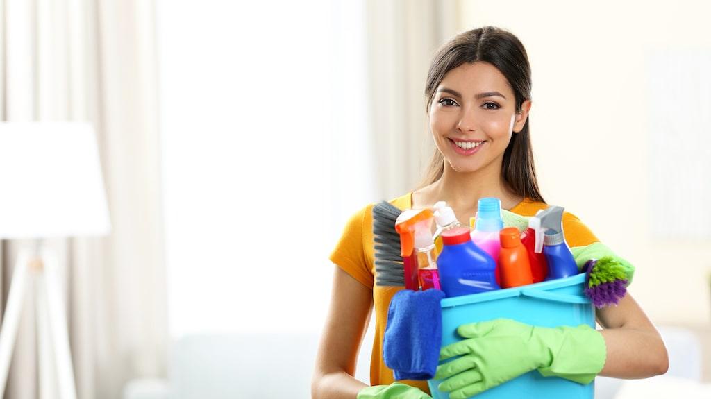I bland är det nästan svårt att sålla bland mängderna av tips kring hur man bäst får ett skinande hem. Men att rengöra själva städprylarna är det många som glömmer.