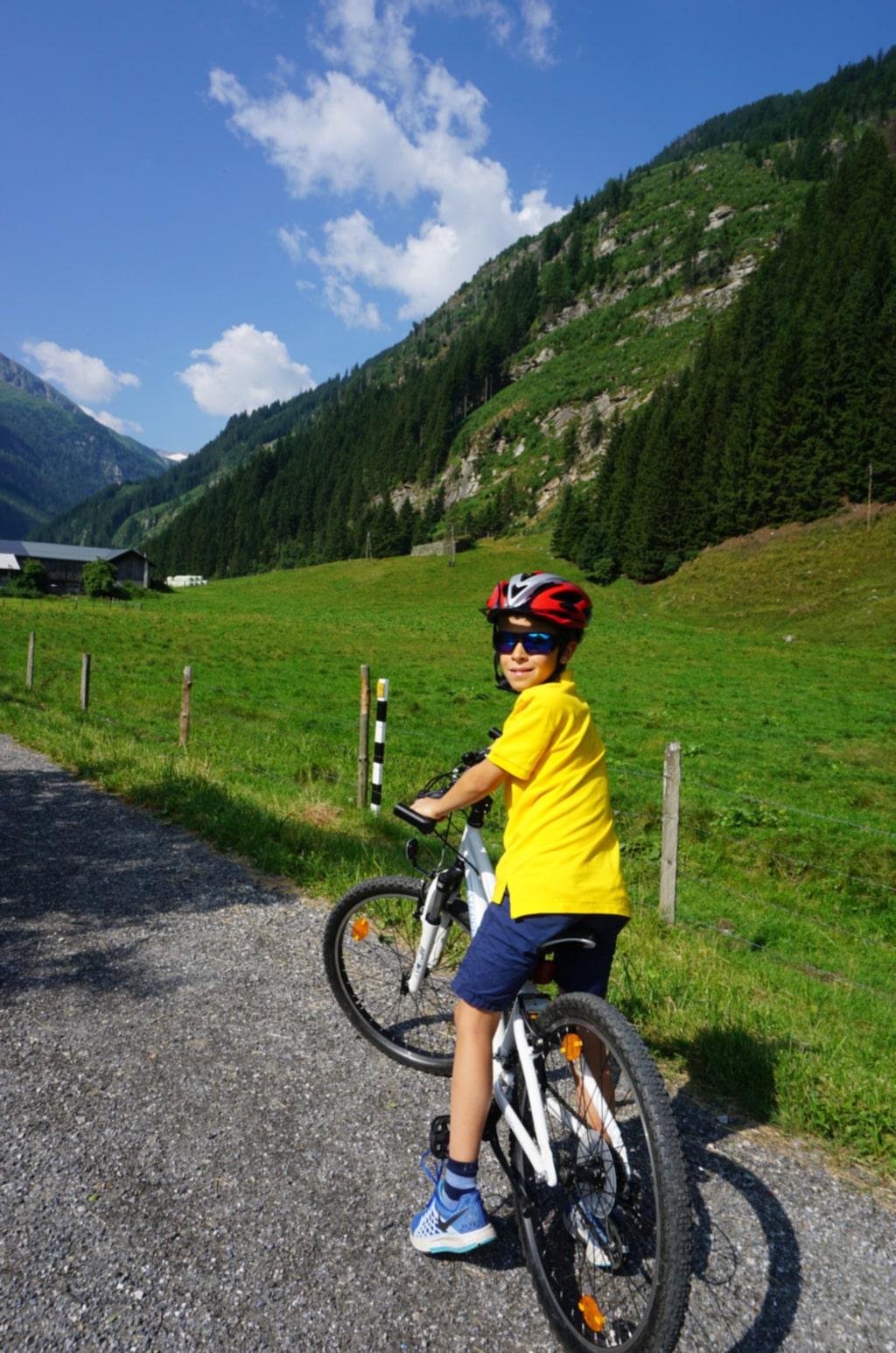 Nere i dalen är cykling en populär aktivitet.