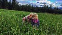 Barnen Linnea, 8, och Mia, 6. har fått ett lekhus som alla barn drömmer om.
