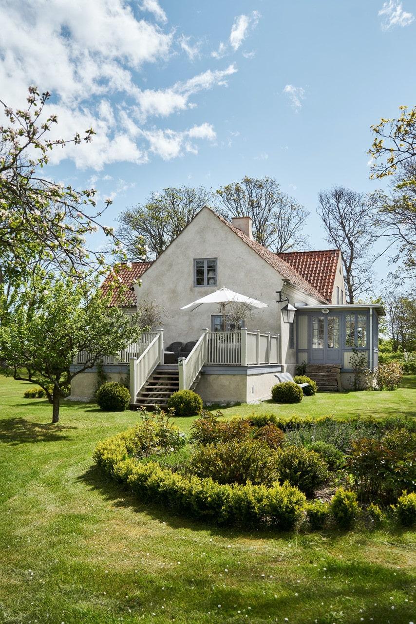 Inte bara huset har renoverats, trädgården på 7 090 kvadratmeter har också fått sig ett rejält ansiktslyft.