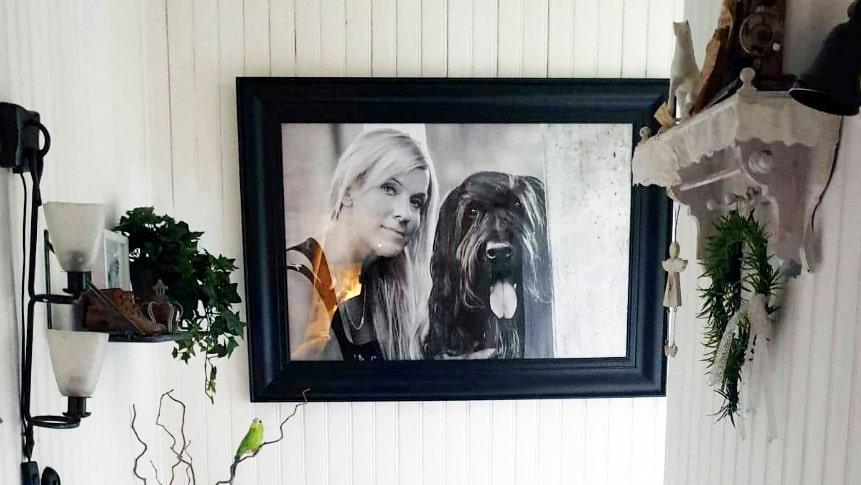 """Camilla Rudholms lillasyster Lotta Rudholm mördades, 41 år gammal, i juni 2016. Ett porträtt på Lotta och hennes hund Ecco hänger i Camillas hus som fått namnet """"Lottatorpet"""". """"Det är en hyllning till min syster."""""""
