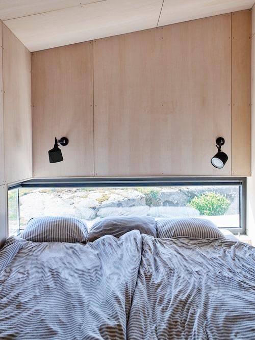 Sovrummet är ett mysigt krypin med fönster som i ett fågelskådargömsle. Lampor, Vipp. Lakan, Navy Stories.