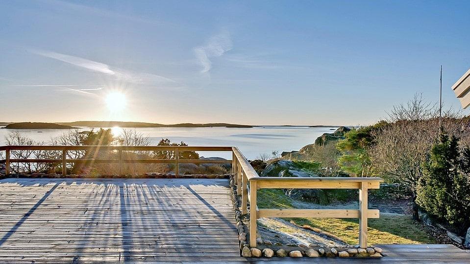 Husets solterrass är enorm och bjuder på en bedårande utsikt. Här är sol från morgon till kväll.