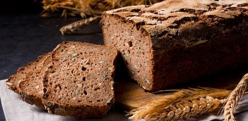 Kolla inte bara efter fullkorn - försäkra dig om att brödet bakats med hela korn som inte malts ner.