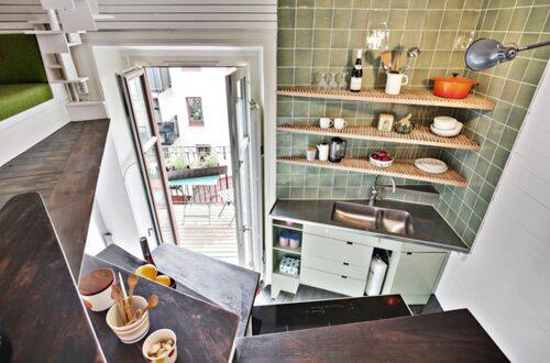 Från köket kommer man ut på en mysig balkong med utsikt mot en lugn innergård.