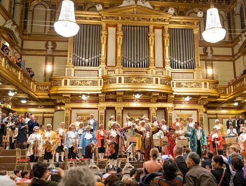 I praktfulla Musikverein sjunger och spelar man Mozartpotpurri varje kväll.