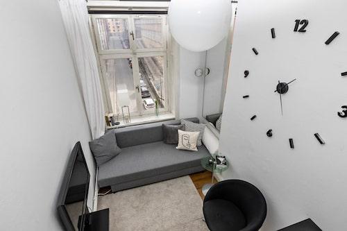 Vyn från sovloftet. Fri utsikt över både lägenhet och hela gatan utanför.