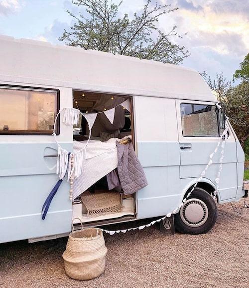 Den lilla minibussen har numera allt man behöver för ett boende, trots att den bara är på sex kvadratmeter.