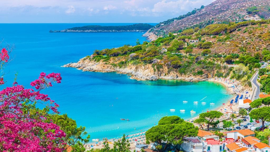 Berget Mount Capanne på Elba i Italien skyddar Cavoli Beach från nordliga vindar och skapar ett mikroklimat vilket lockar badsugna även när det inte är högsäsong.