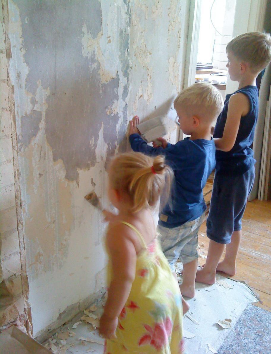 Barnen Elma, Milion och Zigge hjälper till med att ta ner tapeten.