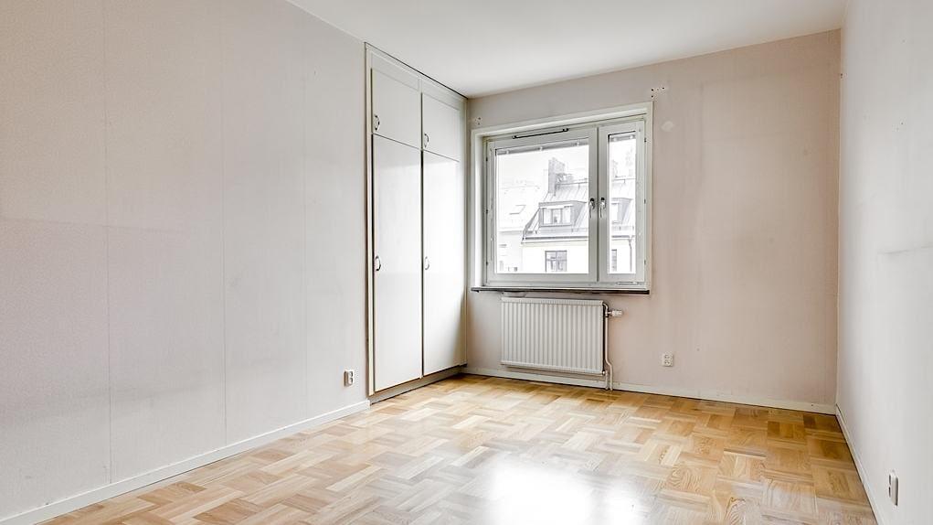 Gott om plats för bred säng och annat sovrumsmöblemang. Rummet har också två inbyggda garderober. Parkettgolv och ljusa väggar.