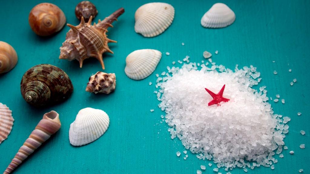 Havssalt hjälper inte bara till att ta bort döda hudceller, den ger också din hud en hälsosam dos av mineraler.